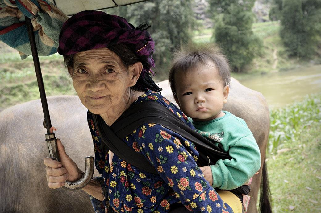 Grand-mère Hmong avec son petit fils au nord du Vietnam