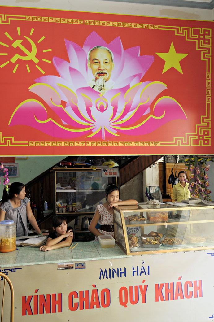 Jeunes femmes dans un restaurant de Yên Minh, Vietnam