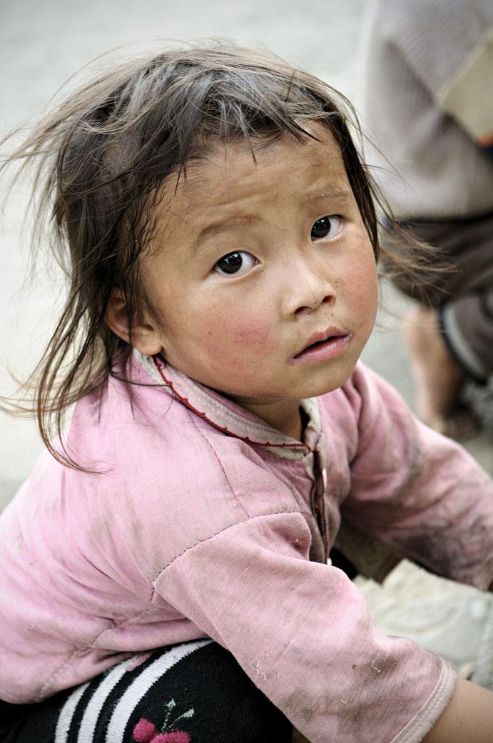 Petite fille dans un village Hmong, Vietnam