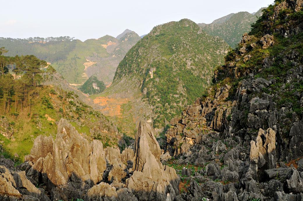 Rochers acérés et montagnes près de Dong Van, Vietnam