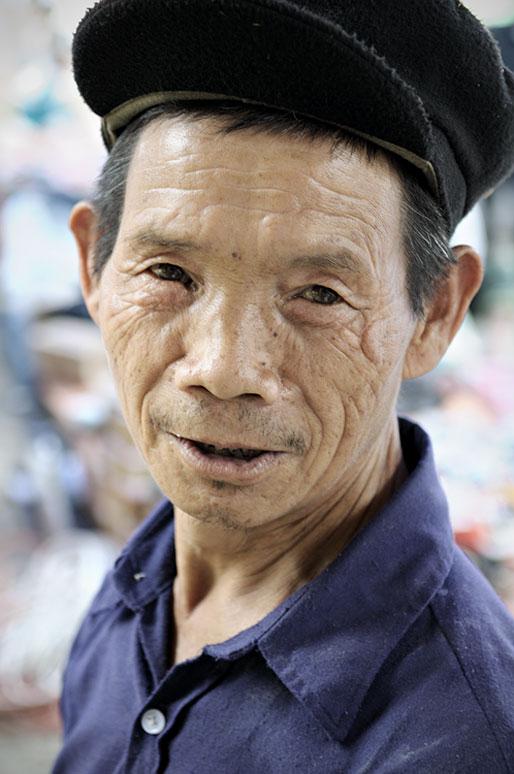 Portrait d'un homme au marché de Quyet Tien, Vietnam