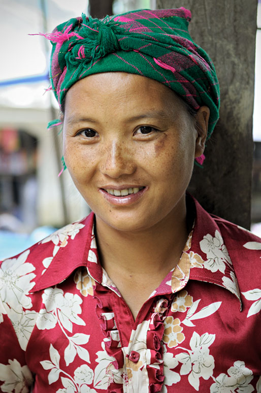 Femme souriante au marché de Quyet Tien, Vietnam