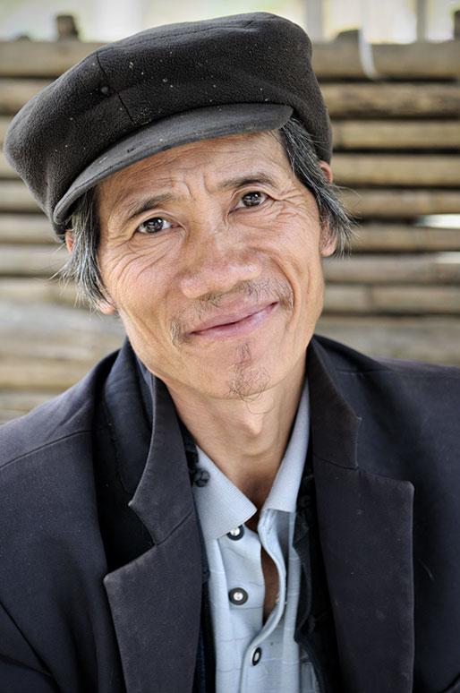 Homme avec une casquette au marché de Quyet Tien, Vietnam