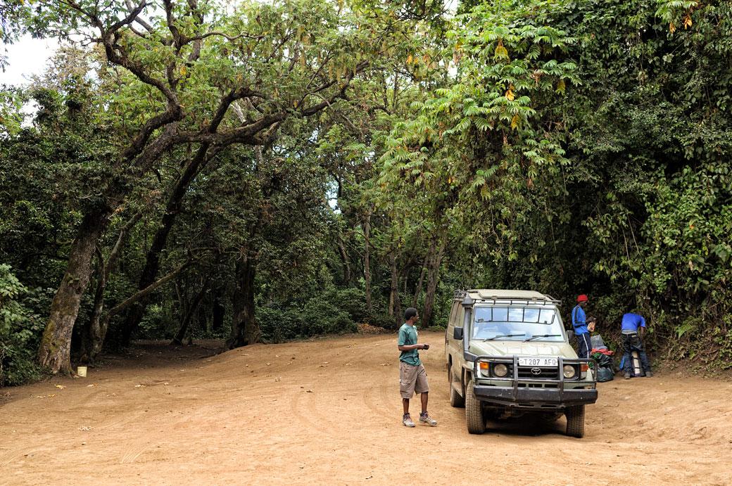 Voiture 4x4 à la porte Lemosho sur le Kilimandjaro, Tanzanie