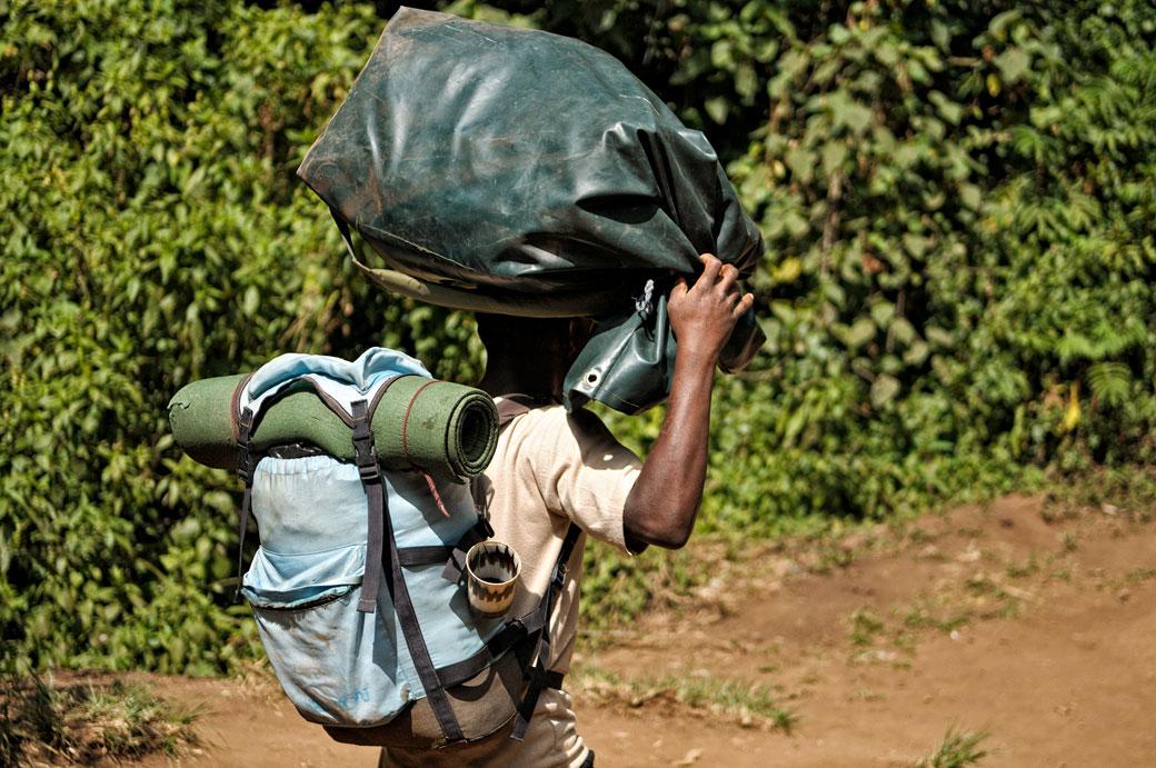 Porteur avec un sac sur la tête au Kilimandjaro