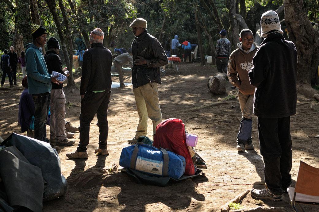 Porteurs du Kilimandjaro qui discutent à Forest Camp, Tanzanie