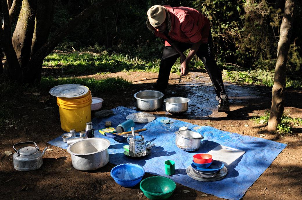 Porteur chargé de la vaisselle au Kilimandjaro, Tanzanie