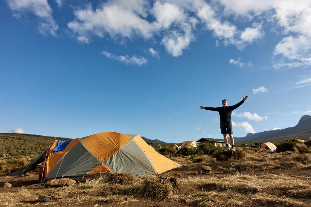 Pascal les bras ouverts au camp Shira 1 sur le Kilimandjaro