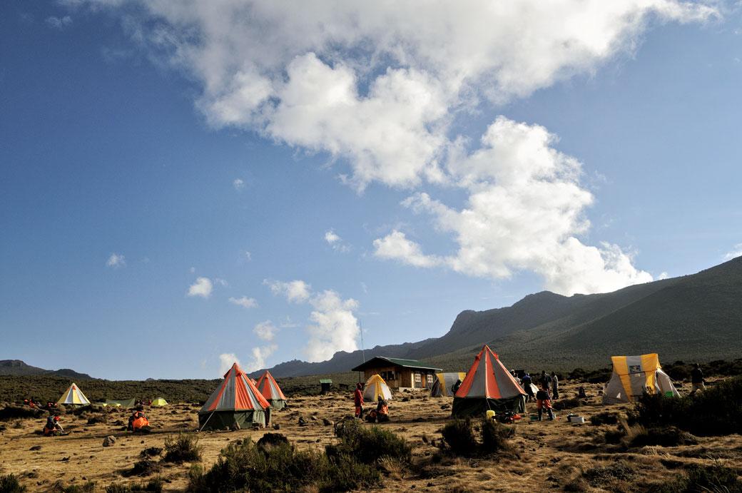 Nuages et ciel bleu au camp Shira 1 sur le Kilimandjaro, Tanzanie