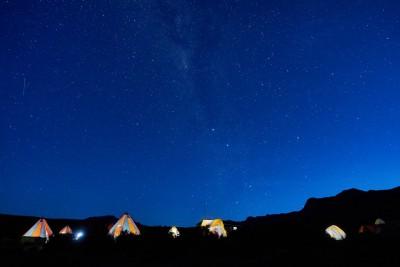 Nuit étoilée et tentes au camp Shira 1 sur le Kilimandjaro