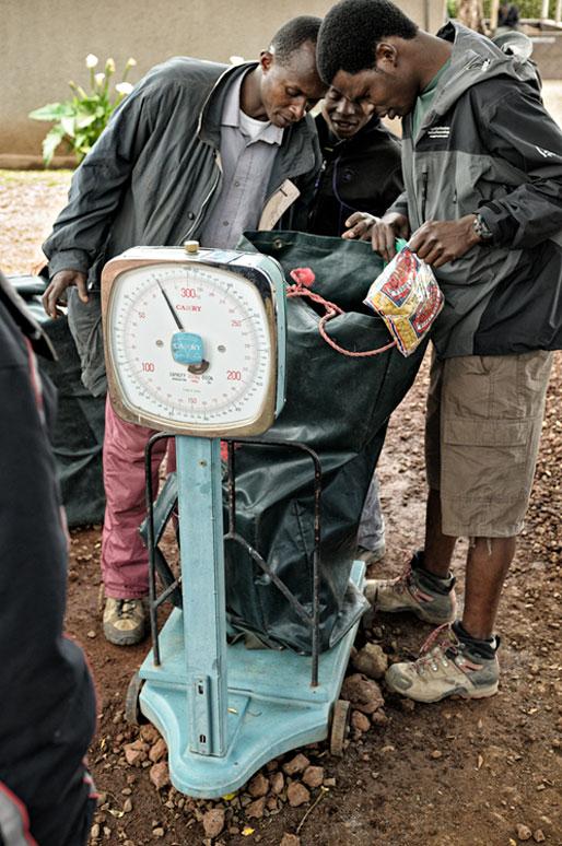 Pesée des sacs pour les porteurs du Kilimandjaro, Tanzanie