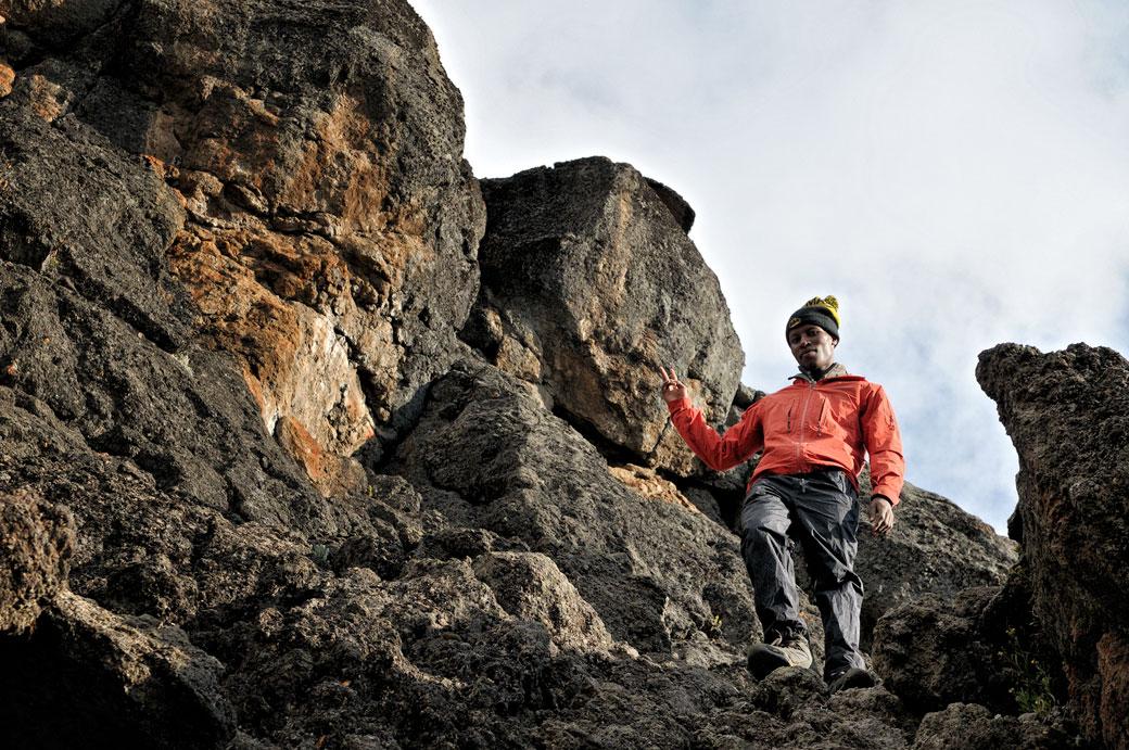 Godfrey redescend de Lava Tower sur le Kilimandjaro, Tanzanie