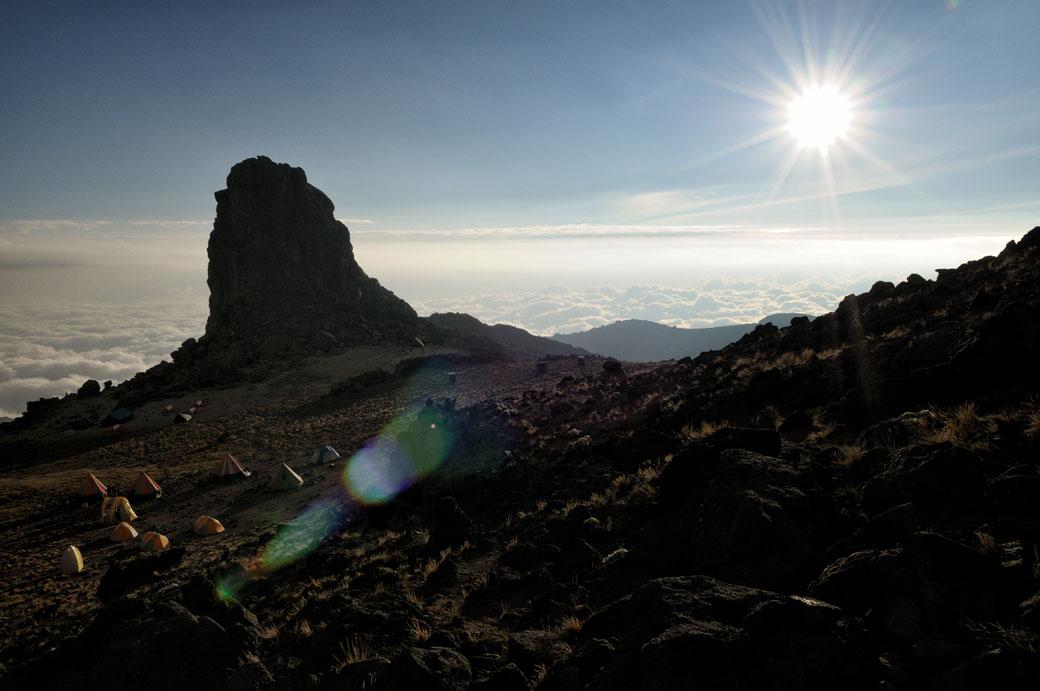 Soleil au campement de Lava Tower sur le Kilimandjaro, Tanzanie