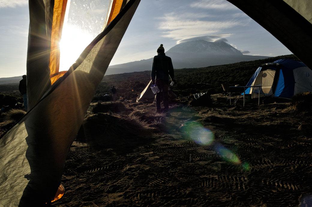 Soleil matinal et le sommet Kibo au camp Shira 1, Tanzanie