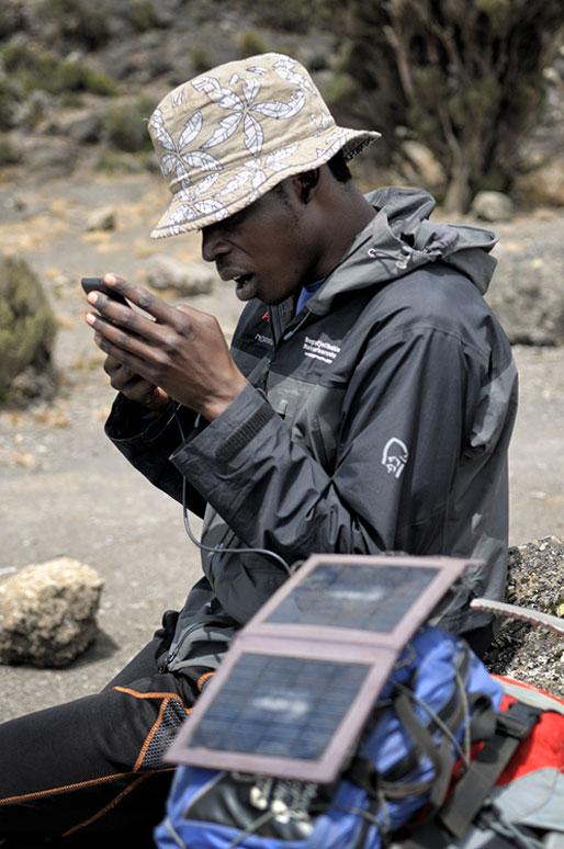 Dismas Agger avec son téléphone, Tanzanie