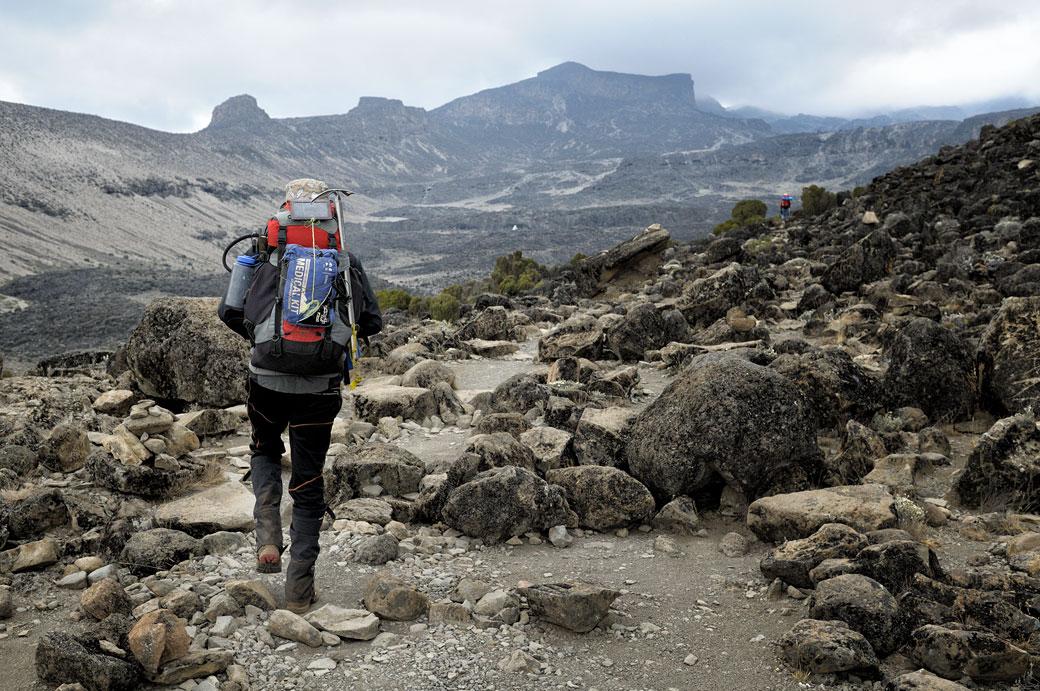 En approche de Moir Hut camp avec mon guide sur le Kilimandjaro