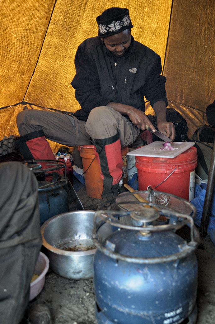 John le cuisinier dans sa tente à Moir Hut camp, Tanzanie