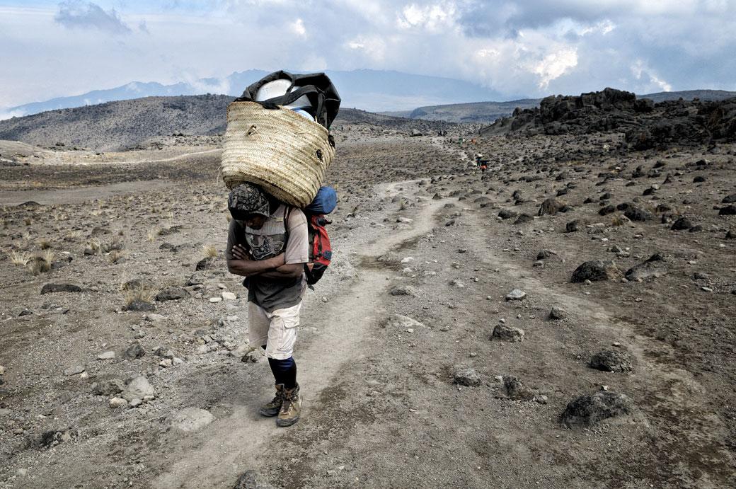 Porteur en route pour Lava Tower Camp sur le Kilimandjaro
