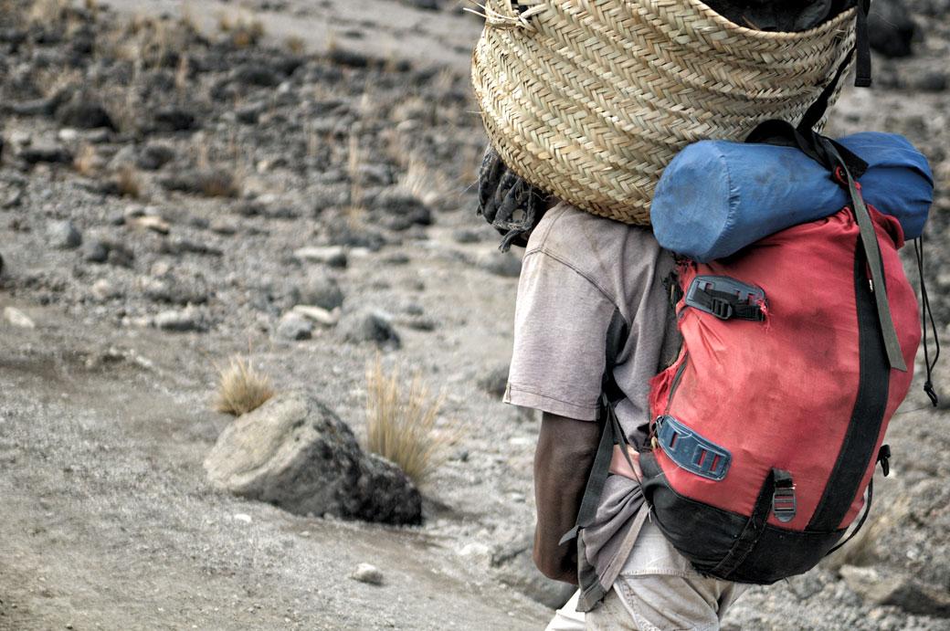 Porteur du Kilimandjaro et sa lourde charge, Tanzanie