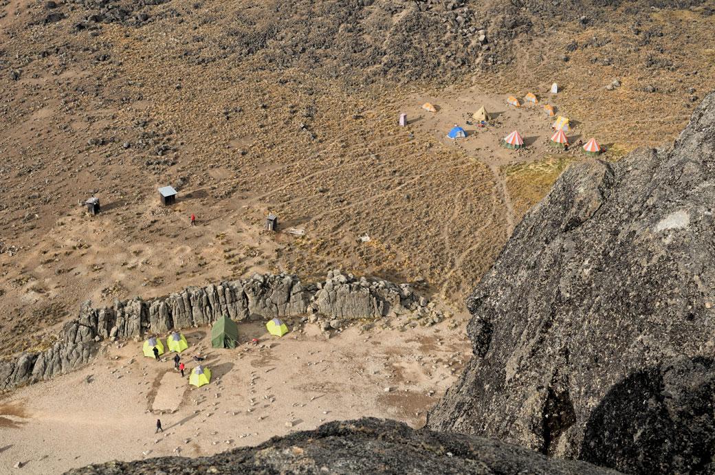 Vue du campement depuis le sommet de Lava Tower, Tanzanie