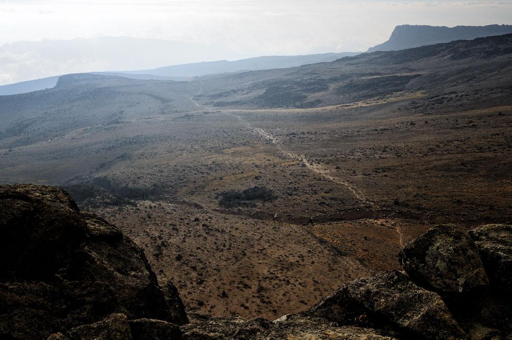 Vue d'un sentier depuis le sommet de Lava Tower, Tanzanie