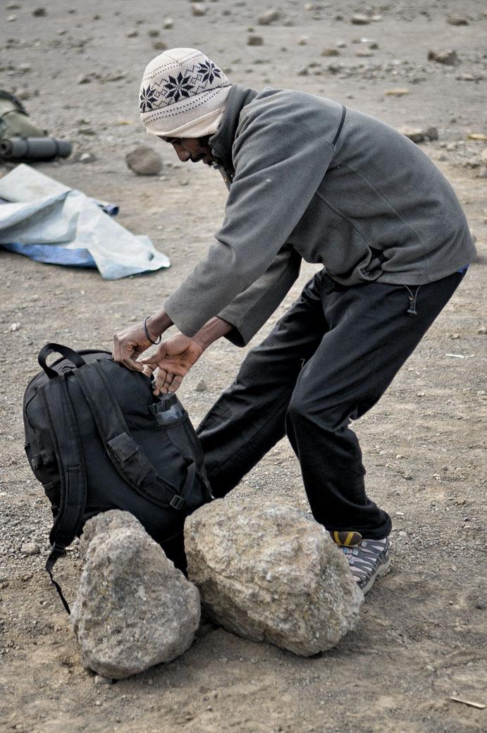 Porteur qui prépare ses affaires à Moir Hut Camp, Tanzanie