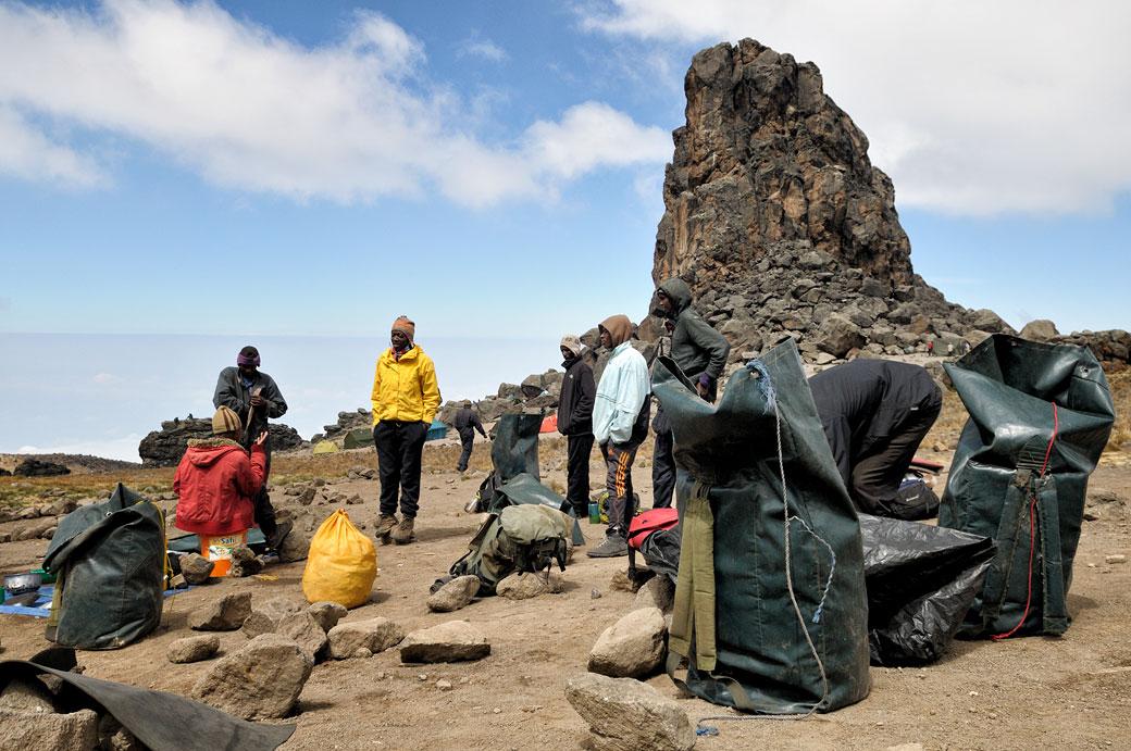 Porteurs et leurs sacs au camp de Lava Tower sur le Kilimandjaro, Tanzanie