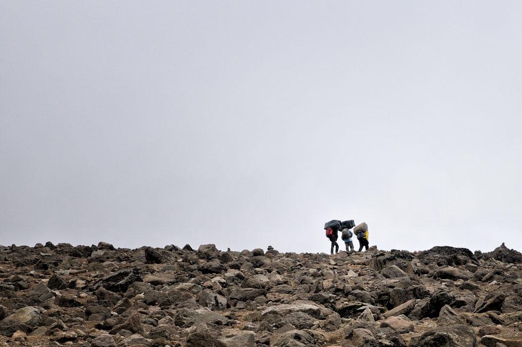 Porteurs du Kilimandjaro en route pour Arrow Glacier, Tanzanie