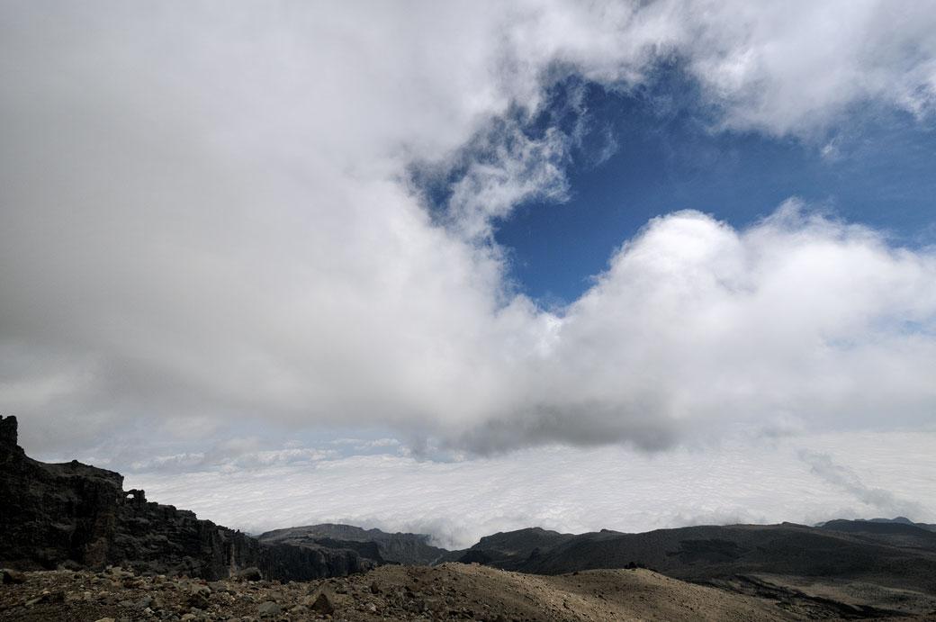 Nuages et ciel bleu près de Arrow Glacier sur le Kilimandjaro, Tanzanie