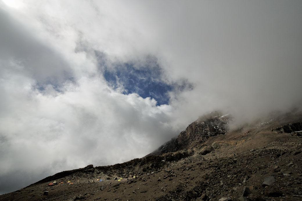 Trou dans les nuages à Arrow Glacier Camp sur le Kilimandjaro, Tanzanie