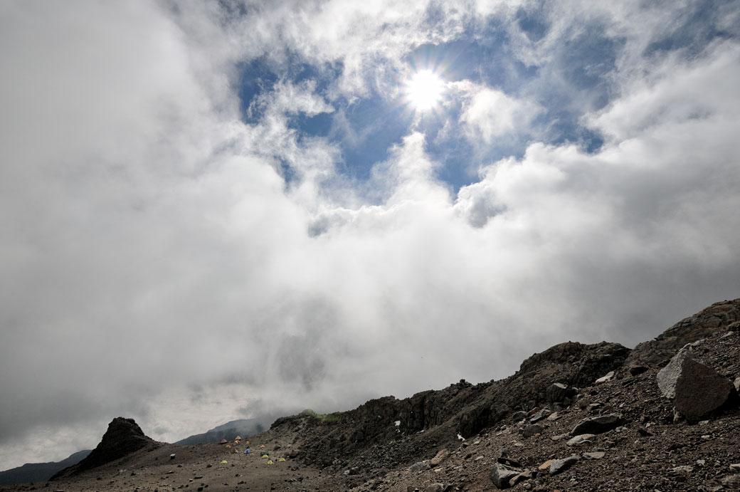 Soleil et nuages au-dessus de Arrow Glacier Camp, Tanzanie
