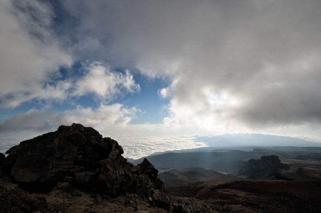 Nuages et ciel bleu au-dessus de Lava Tower sur le Kilimandjaro, Tanzanie