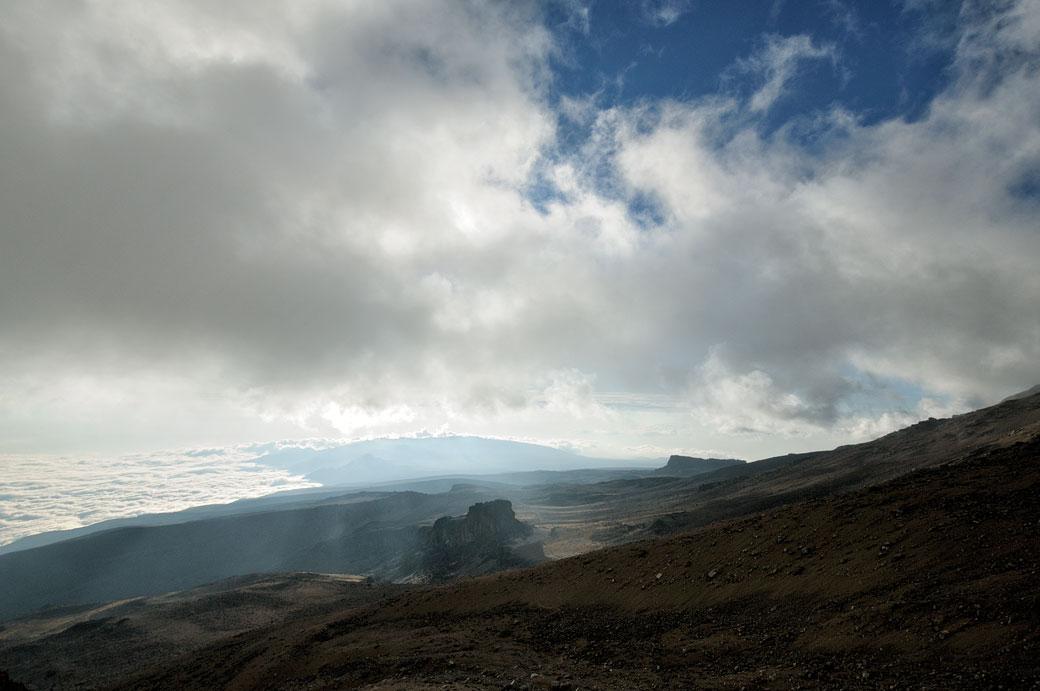 Lava Tower au loin depuis Arrow Glacier sur le Kilimandjaro, Tanzanie
