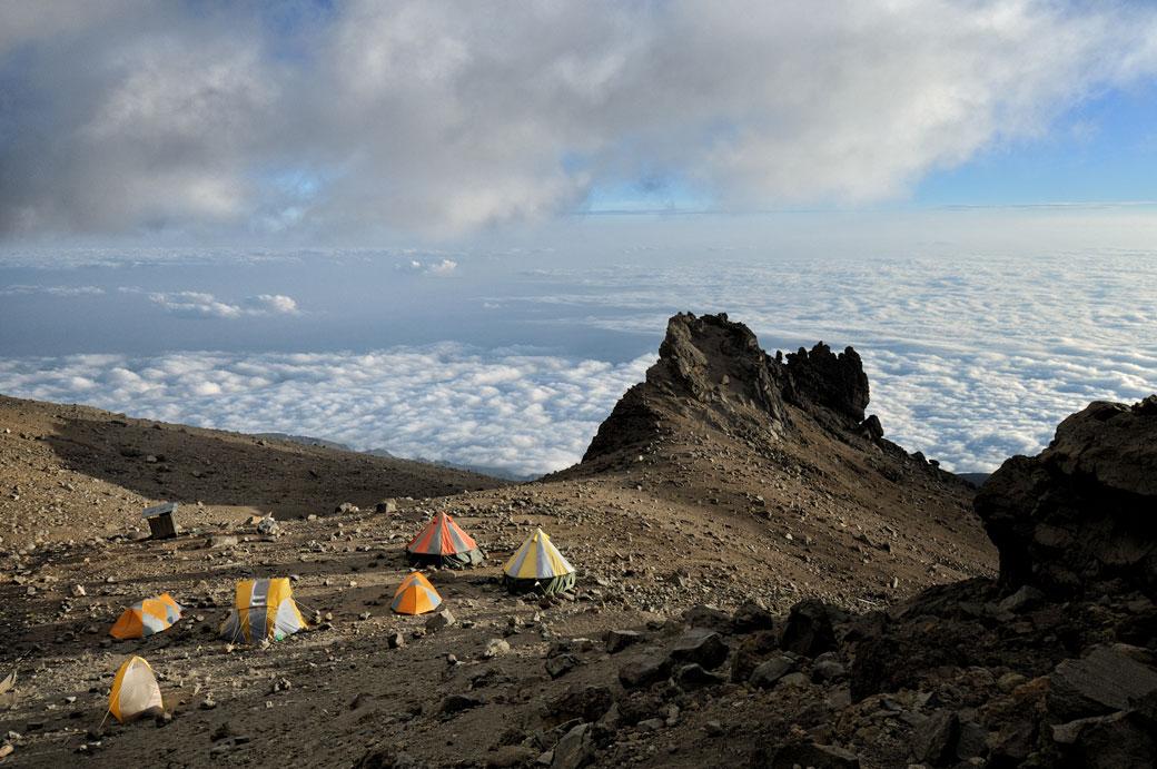 Arrow Glacier Camp au-dessus des nuages sur le Kilimandjaro, Tanzanie