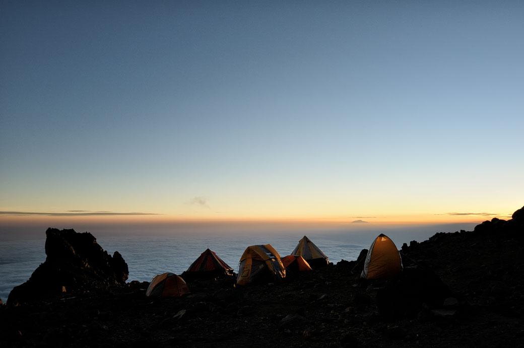 La nuit tombe sur Arrow Glacier Camp sur le Kilimandjaro, Tanzanie
