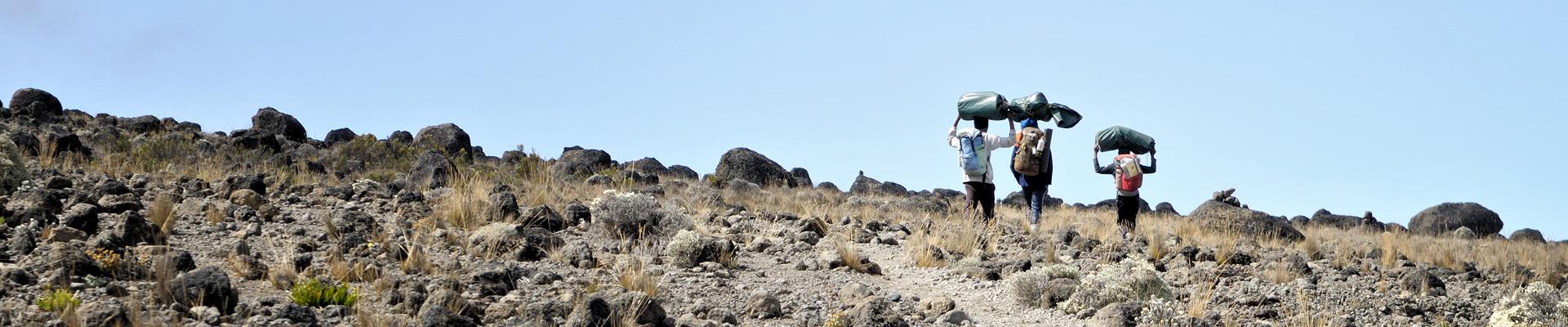 Top image trois porteurs du Kilimandjaro