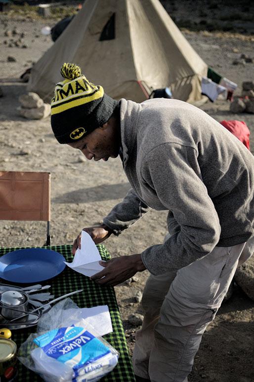 Godfrey prépare la table du petit déjeuner à Moir Hut camp, Tanzanie