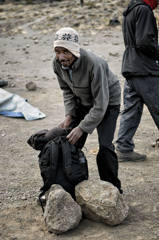 Porteur qui prépare son sac à Moir Hut Camp, Tanzanie