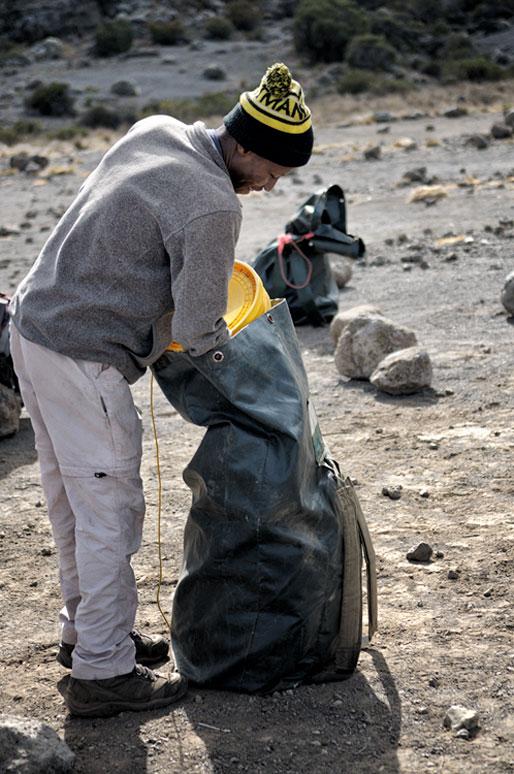 Godfrey prépare son sac à Moir Hut Camp, Tanzanie