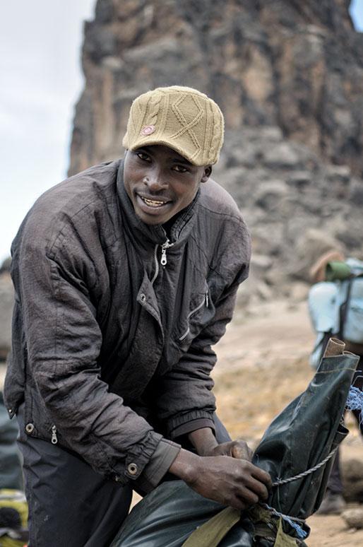 Porteur qui prépare son sac à Lava Tower Camp, Tanzanie