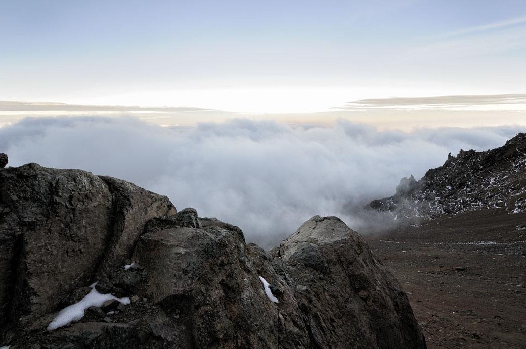 Nuages au bas de la Western Breach sur le Kilimandjaro, Tanzanie