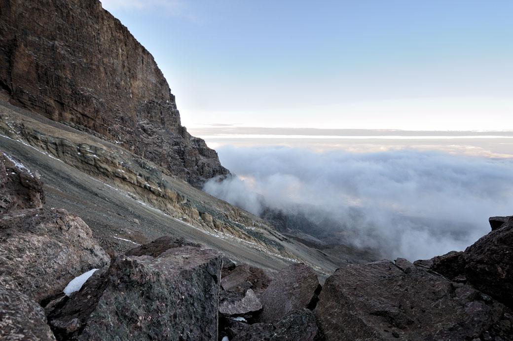 Nuages et rochers en bas de la Western Breach sur le Kilimandjaro