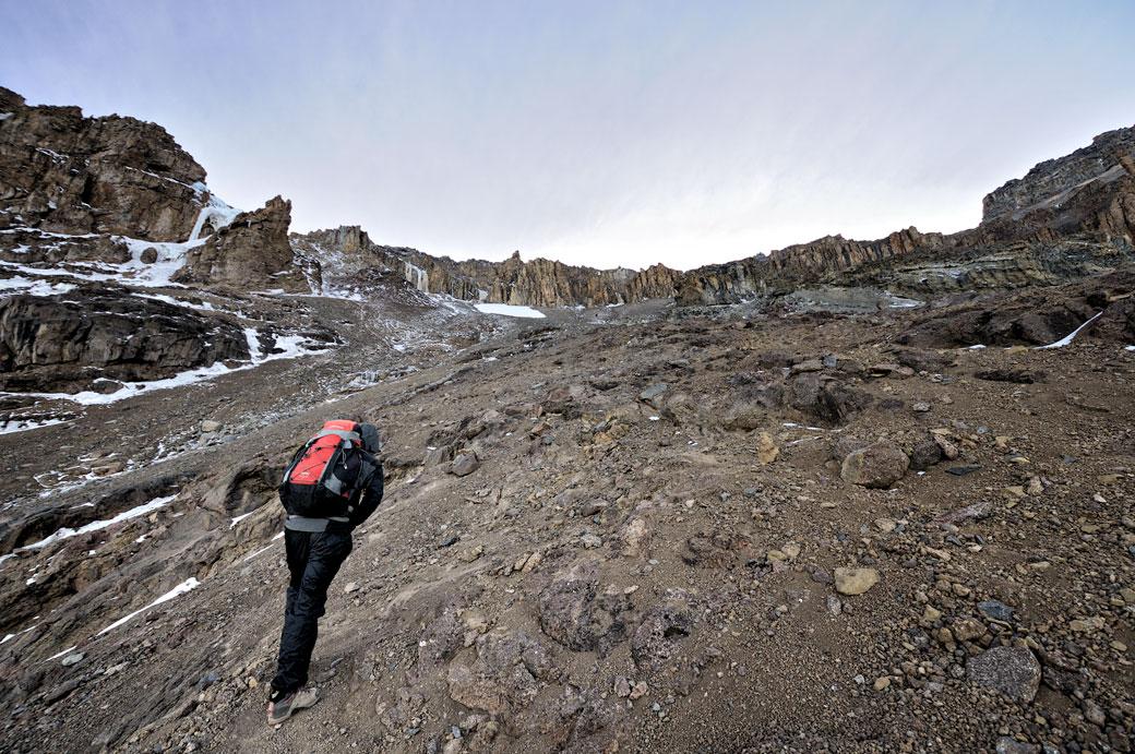 Mon guide Dismas Agger grimpe la Western Breach sur le Kilimandjaro