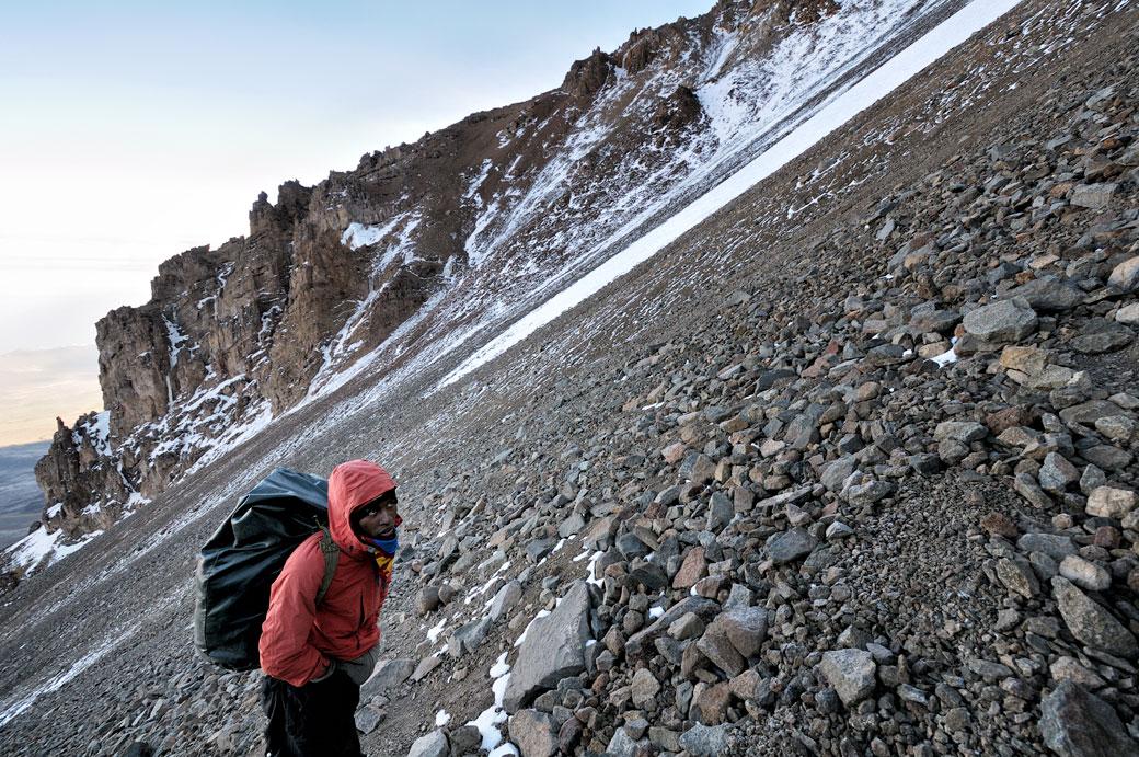 Godfrey grimpe la Western Breach sur le Kilimandjaro, Tanzanie