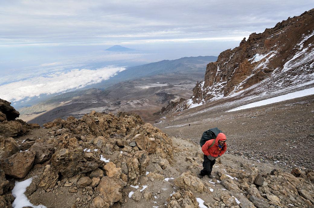 Porteur Godfrey grimpe la Western Breach sur le Kilimandjaro, Tanzanie