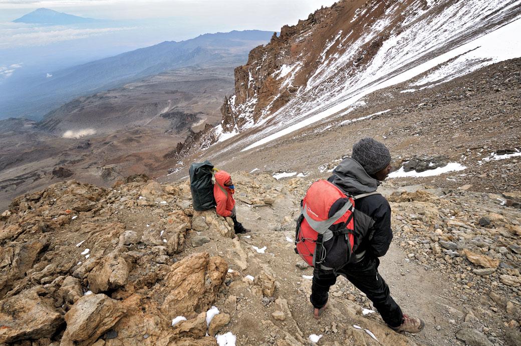 Guide et porteur sur la Western Breach au Kilimandjaro, Tanzanie