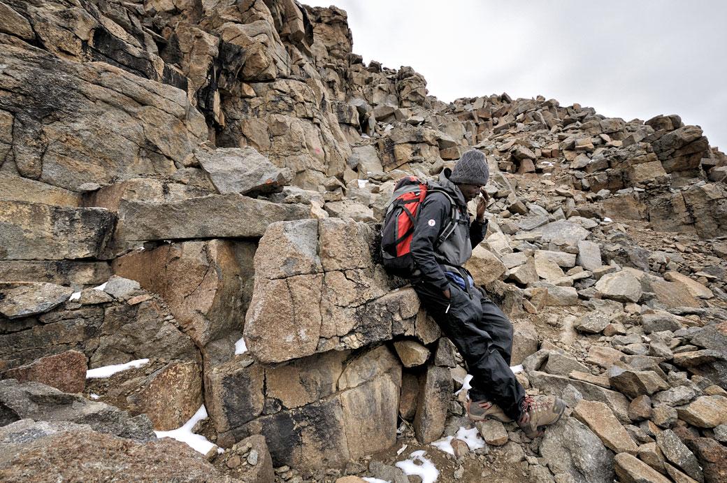 Mon guide Dismas Agger fait une petite pause au Kilimandjaro, Tanzanie