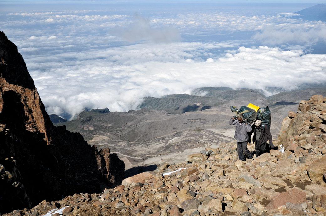 Porteurs au-dessus des nuages sur la Western Breach au Kilimandjaro