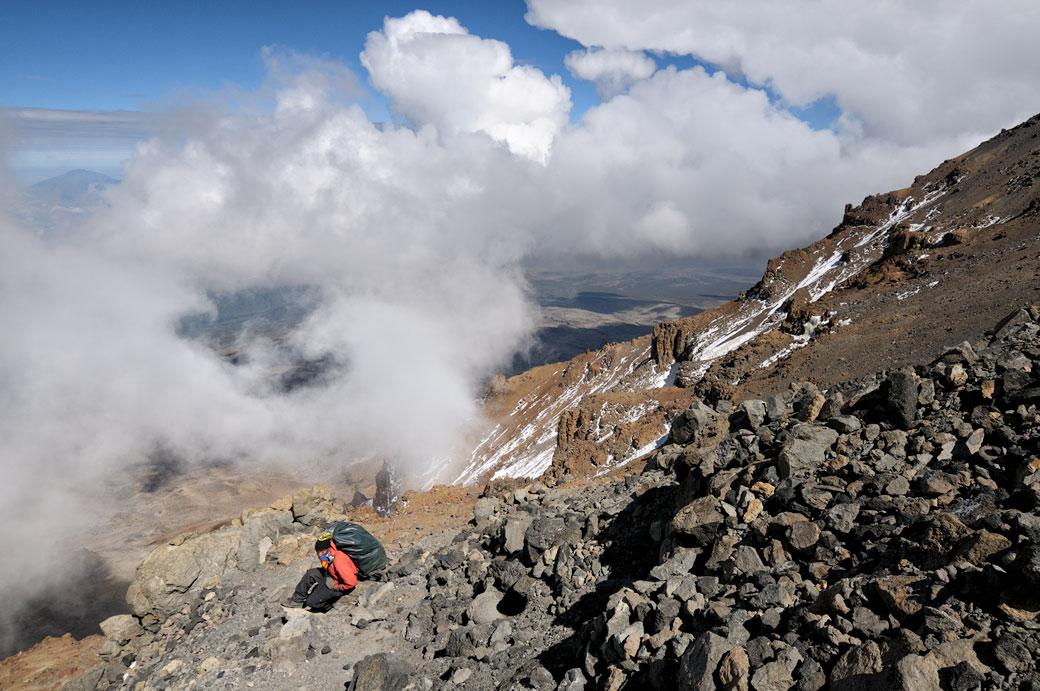 Godfrey et nuages sur la Western Breach au Kilimandjaro, Tanzanie
