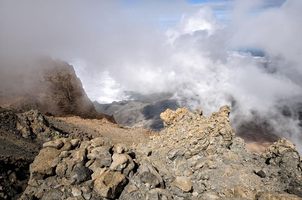 Nuages et rochers en haut de la Western Breach sur le Kilimandjaro, Tanzanie